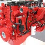 Duży, czerwony silnik marki Cummins
