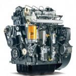 Czarny silnik dużej pojemności z pomarańczowymi elementami wyprodukowany przez firmę JCB