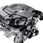 Dużych rozmiarów czarny silnik produkcji firmy Mercedes