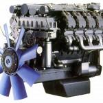 Silnik marki Deutz koloru czarnego, z niebieskim elementem wchodzącym w układ chłodzenia